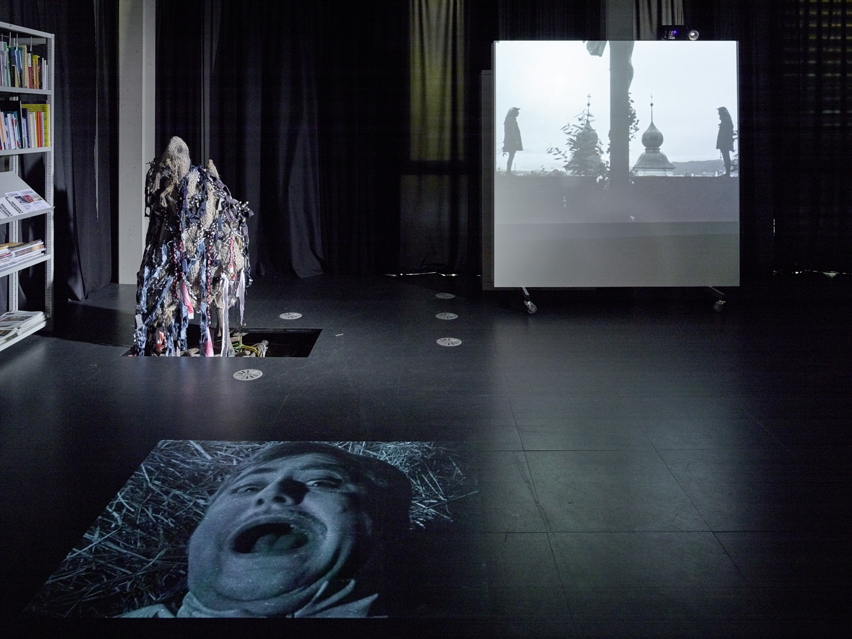 kozek hörlonski, mit Alexander Martinz — Dämonische Leinwände—Uninvited, Kunstraum Lakeside, 2017 | Foto: Johannes Puch